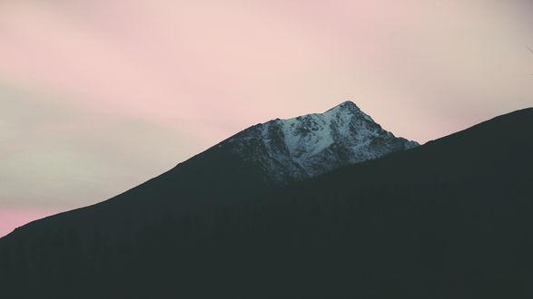Обои Темные горные вершины на фоне розоватого туманного неба