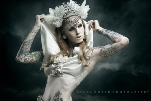 Обои Девушка в короне из камней и цветов, с татуировками на теле и с украшениями, на фоне мрачных облаков, by Renee Robyn