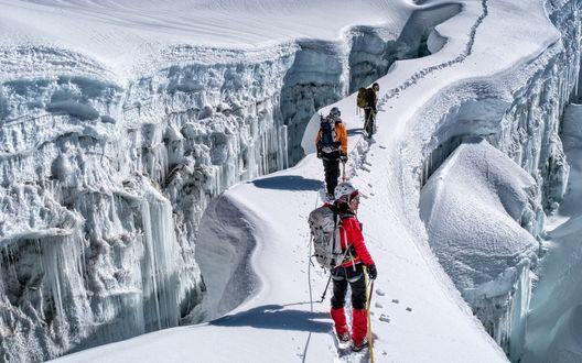 Обои Альпинисты идут по заснеженному кряжу