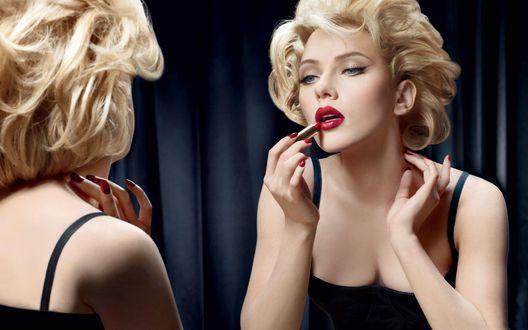 Обои Актриса Скарлетт Йоханссон / Scarlett Johansson стоит у зеркала и красит губы яркой помадой