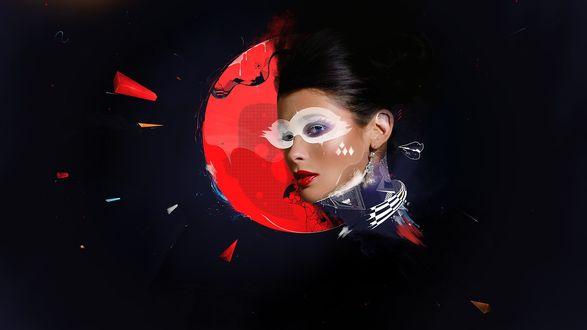 Обои На темном фоне - красный диск. На фоне диска - голова девушки в нарисованной белой маске
