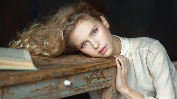 Обои Модель Алиса со светлыми волосами и голубыми глазами, положила голову и руку на старый стол. Фотограф Настасья Паршина