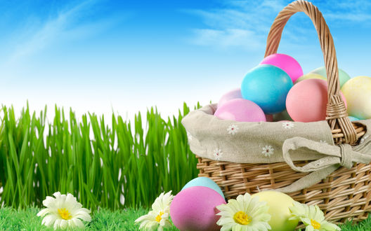 Обои На полянке, среди цветов стоит корзинка с окрашенными яйцами. Праздник Пасхи