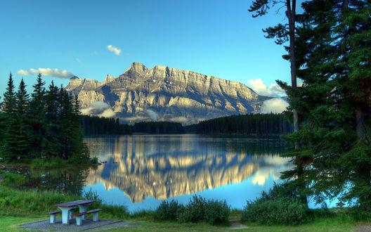 Обои Столик возле озера Two Jack в национальном парке Банф / Banff National Park, Канада / Canada на фоне гор и хвойных лесов