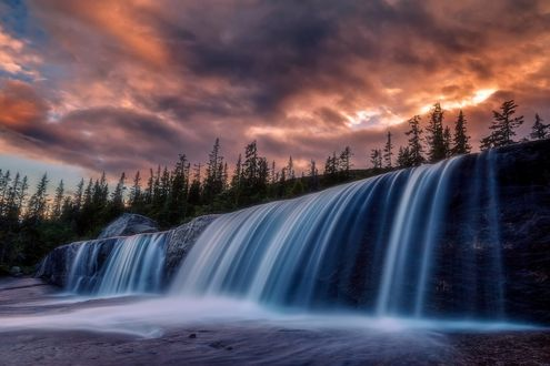 Обои Мрачное небо после дождя над водопадом, фотограф Daniel Herr