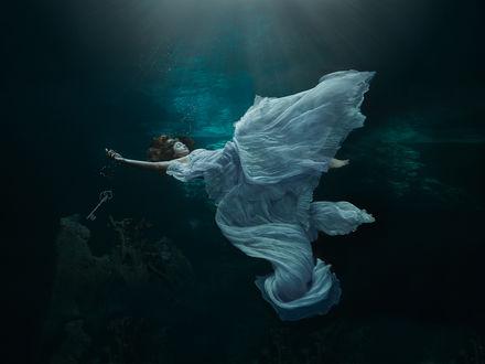 Обои Девушка в белом платье под водой, фотограф Lucie Drlikova
