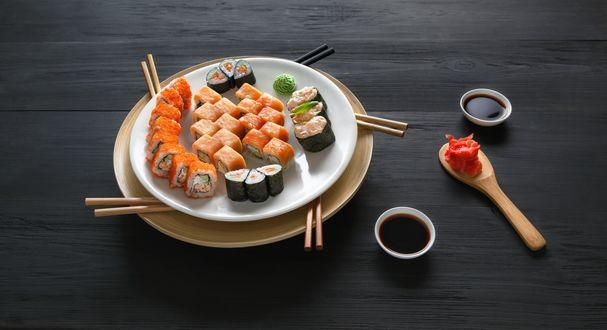 Обои Японская кухня: роллы, маринованный имбирь, соус и васаби, рядом палочки для еды