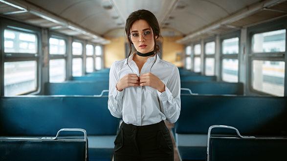 Обои Девушка в очках стоит в пустом вагоне, фотограф Георгий Чернядьев