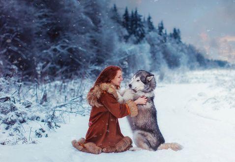 Обои Модель Оксана Бутовскаяс с собакой на зимнем природном фоне