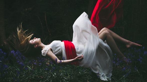 Обои Девушка в белом платье парит в воздухе на фоне лесного пейзажа