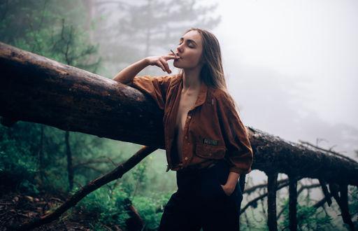 Обои Девушка с сигаретой стоит у поваленного дерева, фотограф Marat Safin