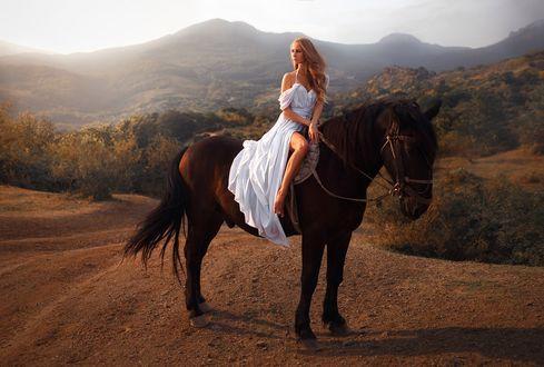 Обои Девушка в белом платье, верхом на коне, на фоне природы. Фотограф Роман Гутиков