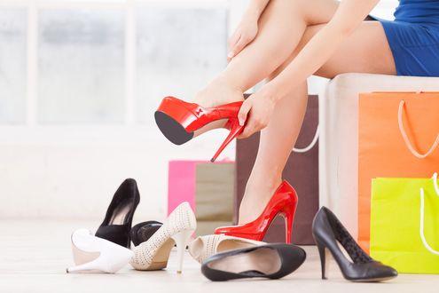 Обои Девушка примеряет туфли