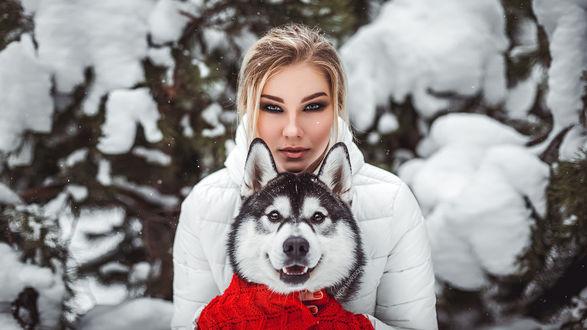 Обои Девушка в белой куртке, с ярким макияжем, с собакой, на фоне природы, Фотограф Антон Харисов