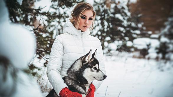 Обои Девушка с собакой, на фоне зимнего пейзажа. Фотограф Антон Харисов