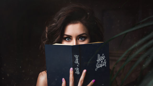 Обои Девушка прикрыла половину лица книгой. Фотограф Антон Харисов