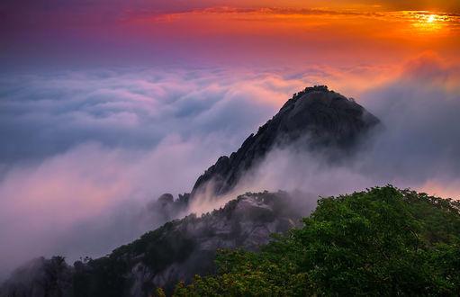 Обои Выступающие из облаков горы на закате в Корее