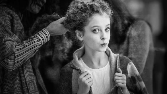 Обои Изумительная девочка, которой приводят волосы в порядок, фотограф Sergey Piltnik