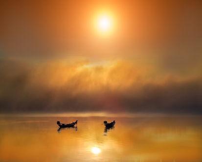 Обои Две лодки дрейфуют на воде, на фоне заката, фотограф Regimantas Cieška