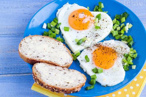 Обои Завтрак для влюбленных - глазунья в форме сердечек и бутерброды, все посыпано зеленым лучком