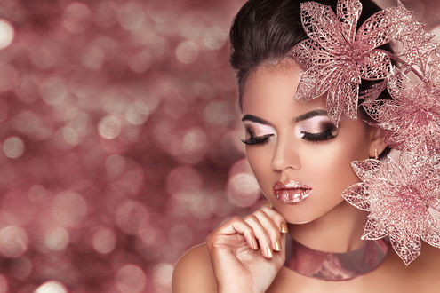 Обои Модель Victoria Andreas / Виктория Андреас с цветами, опустила глаза, на фоне с боке