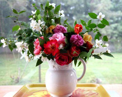 Обои Белый фарфоровый кувшин с букетом из жасмина и роз стоит на подносе на подоконнике