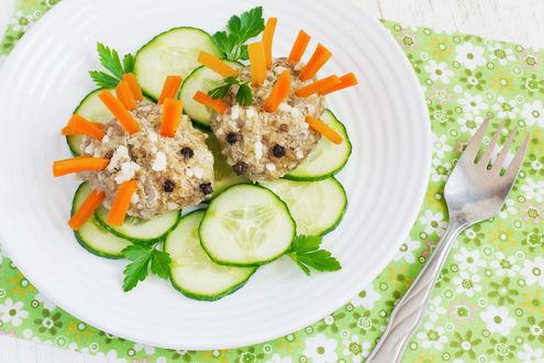 Обои Тефтели напоминают ежиков, у которых иголки из морковки и нарезанные огурцы в белой тарелке