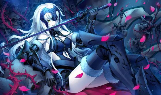 Обои Эвенджер / Avenger / Жанна д'Арк Альтер / Jeanne dArc Alter / Альтер-Жанна / Joan Alter / Joan of Arc из онлайн RPG игры Fate / Grand Order сидит на троне из черепов и колючей лозы, облизывая свой меч