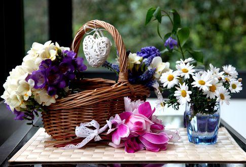 Обои На столе : корзинка и ваза с цветами, ажурное белое сердечко