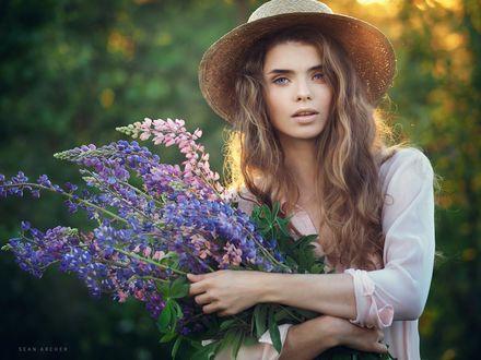 Обои Модель Валерия в шляпке и с букетом цветов в руках, фотограф Sean Archer
