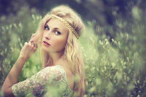 Обои Красивая белокурая блондинка, с голубыми глазами, в ажурной одежде, на фоне природы, фотограф Aleshyn Andrei