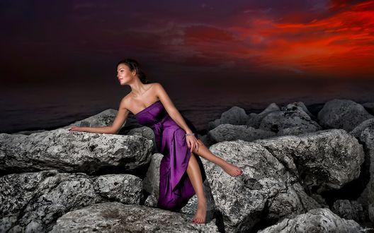 Обои Девушка в сиреневом платье сидит на камнях, фотограф Alp Cem