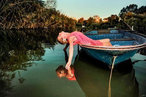 Обои Девушка в розовом платье в лодке, фотограф Alp Cem