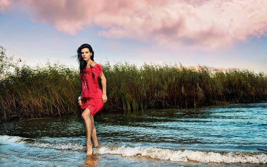Обои Девушка в розовом платье стоит в воде, фотограф Alp Cem