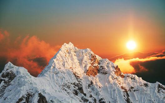 Обои Закат над заснеженной горой