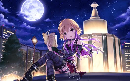 Обои Аска Ниномия / Ninomiya Asuka из аниме Идолмастер: Девушки-Золушки / Idolmaster / THE iDOLM@STER: Cinderella Girls сидит ночью у городского фонтана в рокерской одежде и читает книгу