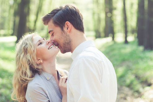 Обои Парень целует девушку, фотограф Андрей Алешин