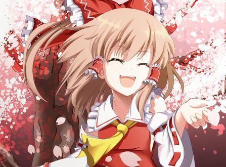 Обои Reimu Hakurei / Рейму Хакурей счастливо улыбается на фоне цветущей сакуры, из игры Проект Восток / Тохо / Touhou Project