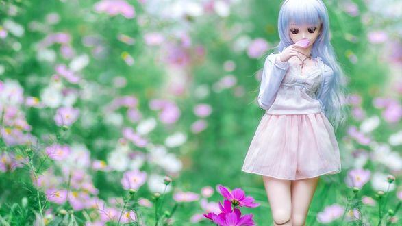 Обои Кукла в цветочном саду