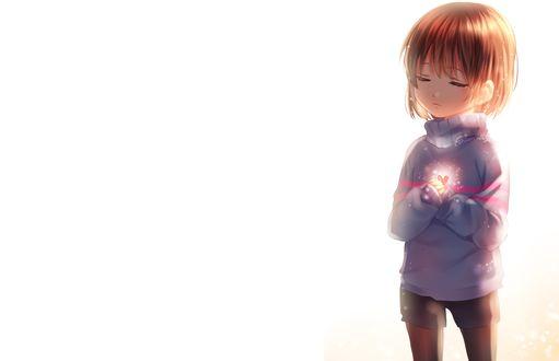 Обои Маленькая милая девочка держит сердечко в руке