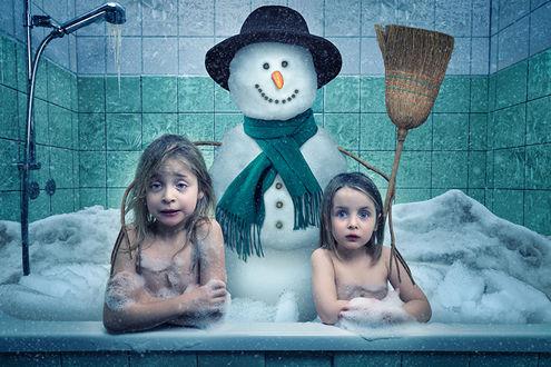 Обои Две девочки в ванне вместе с снеговиком, by John Wilhelm