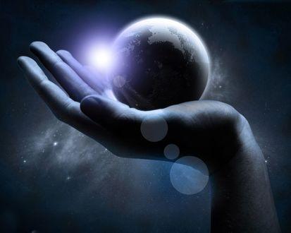 Обои На руке лежит планета Земля, на фоне космоса