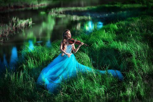 Обои Скрипачка Наташа Кочнева в нежно - голубом платье играет на скрипке, сидя на траве у водоема