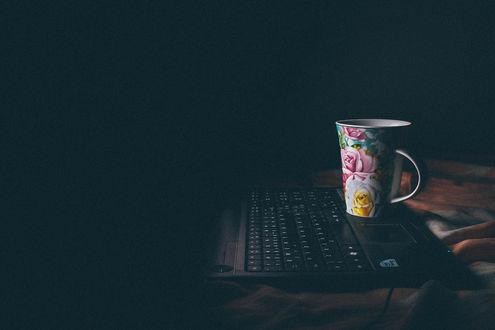 Обои Кружка с рисунком цветов на ноутбуке