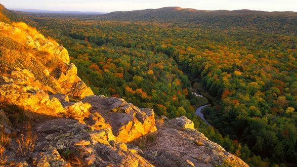 Обои Живописная панорама, открывающаяся с горной местности, течет небольшая речушка