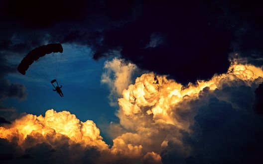 Обои Парашютист в облачном небе