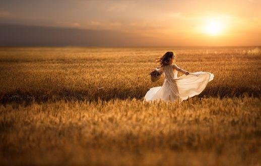 Обои Девушка в белом платье стоит в поле, фотограф 闭眼缄默