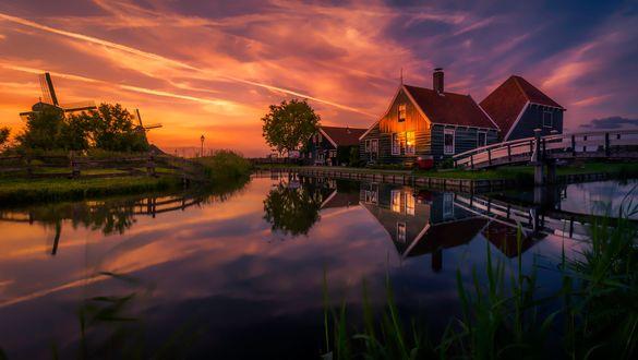Обои Потрясающие здания и уникальный торфяной луг, Zaanse Schans, Netherlands / Нидерланды, недалеко от Amsterdam / Амстердама, фотограф Remo Scarfo