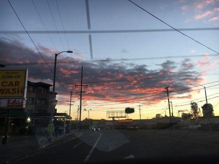Обои Вечерний город и дорога под облачным небом