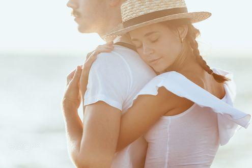 Обои Девушка обнимает любимого, фотограф Volodymyr Melnyk